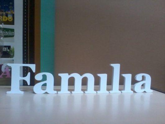 palavra familia pintada de branco em letras de mdf.