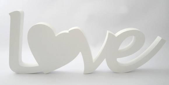 letras mdf pintadas de branco, com palavra love.