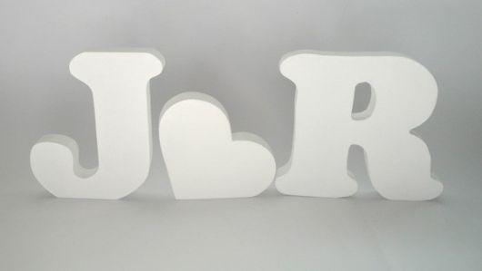 letras J e R pintadas de branco.