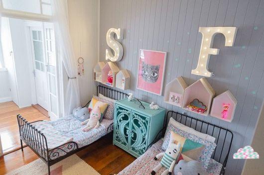 quarto cinza infantil com letras de luz led na parede.