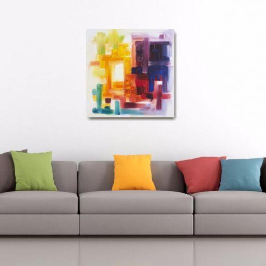 sala com sofá cinza, almofadas coloridas e quadro colorido.