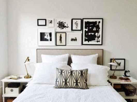 quarto de casa preto e branco com quadros.