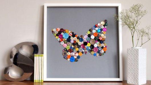 quadro decorativo com botões coloridos.