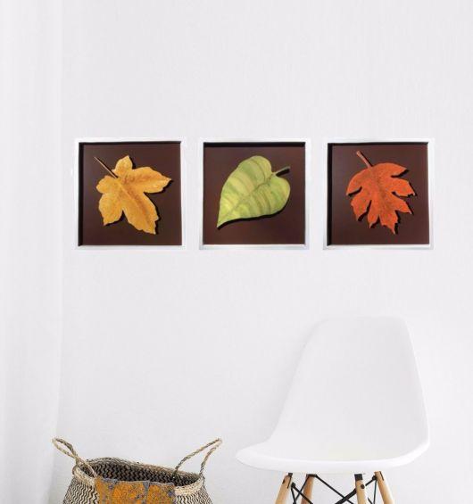 quadro decorativo com folhas secas nas cores amarelo, verde e laranja.