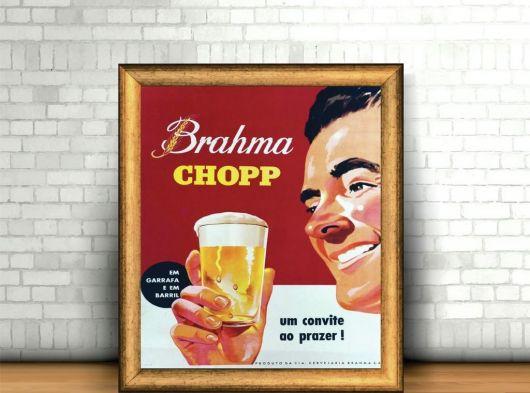 quadro decorativo com figura de homem bebendo cerveja.