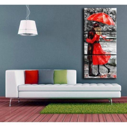 sala cinza com sofa branco e quadro vermelho de casal.