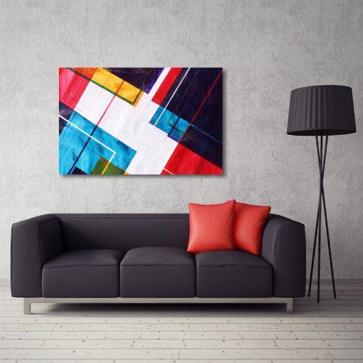 sala cinza com sofa preto e quadro colorido.