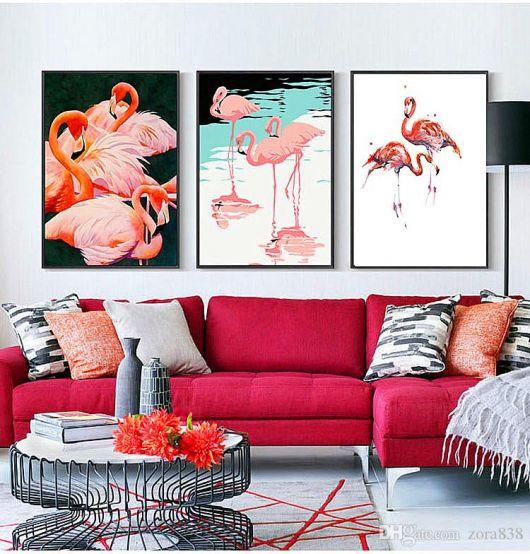 Sala clean com quadros coloridos de flamingos.