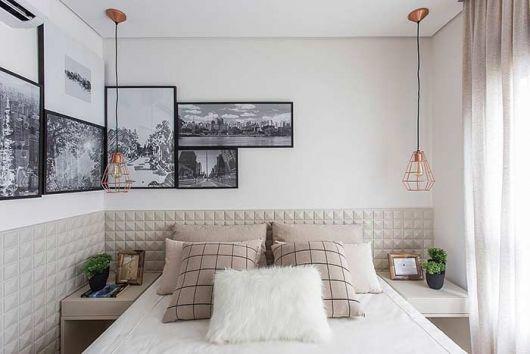 quarto decorado com paisagens em quarto de casal branco.