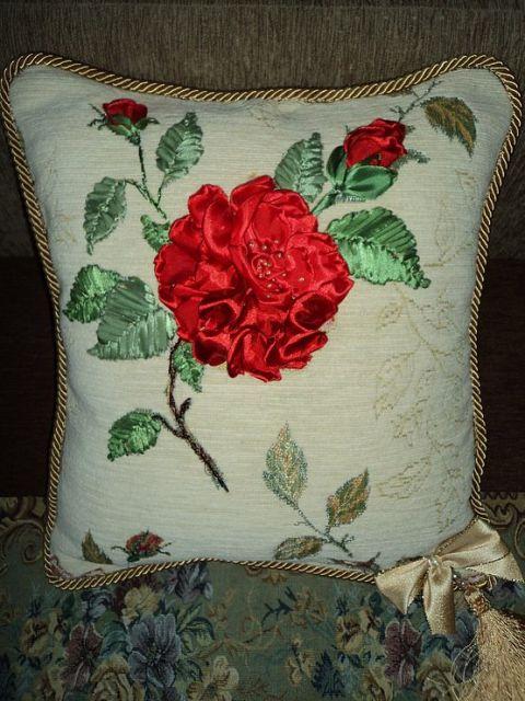 Almofada decorada com rosa de fita