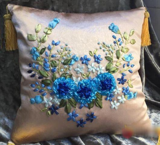 Flores azuis de fitas bordadas em almofada