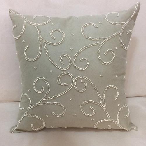 Faça desenhos bordados utilizando miçangas nas almofadas