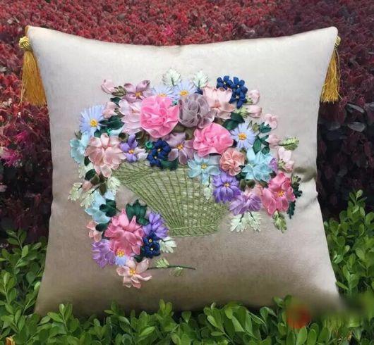 Pense na decoração de sua casa na hora de bordar uma almofada