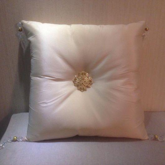 As miçangas dão uma diferenciada na almofada bordada
