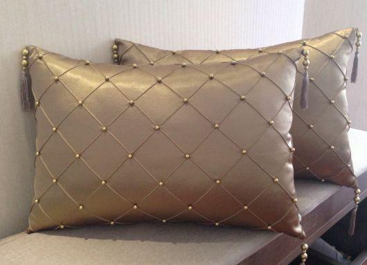 Esse é um dos modelos mais clássicos de almofada bordada