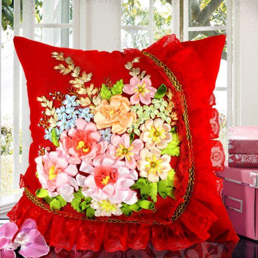 Almofada vermelha bordada com fitas