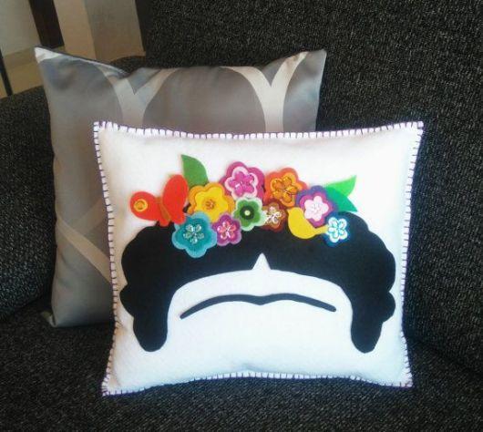 Modelo de almofada com bordado mexicano inspirada na Frida Kahlo
