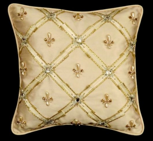 Dê outra cara à sala com almofadas bordadas