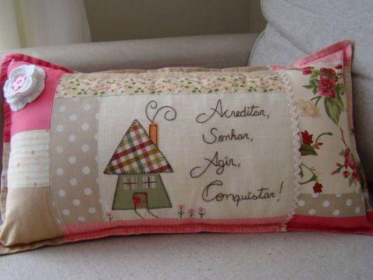 Aposte em frases e desenhos para decorar almofadas