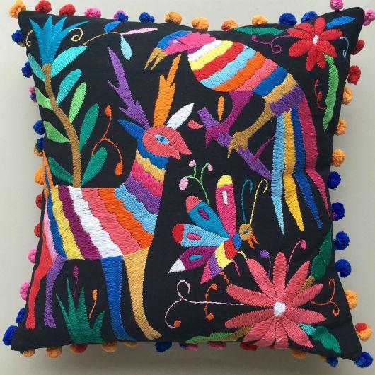 Almofada lindíssima com bordados mexicanos