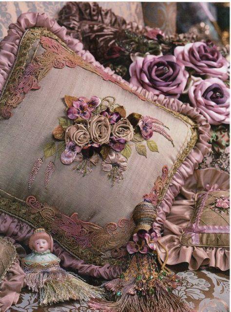 Crie almofadas bordadas com fitas
