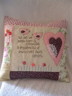 Almofada com frase bordada e corações