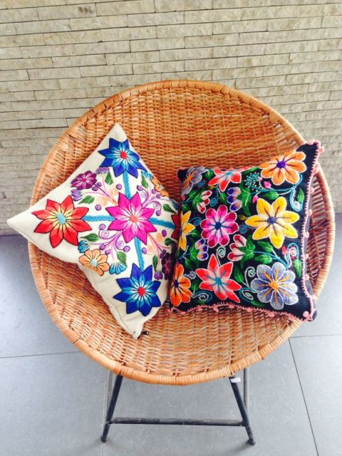 As flores coloridíssimas são muito usadas em bordados mexicanos