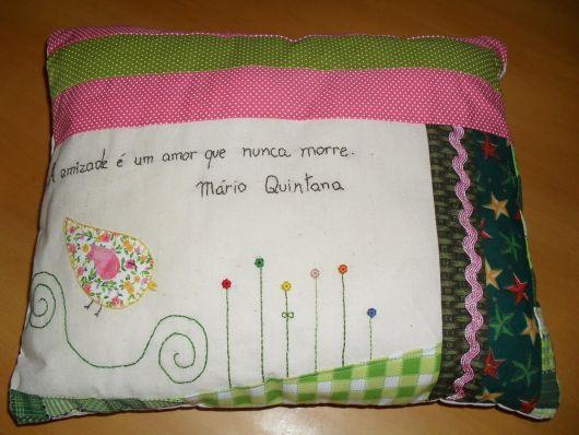 Você pode escolher uma frase famosa para bordar na almofada