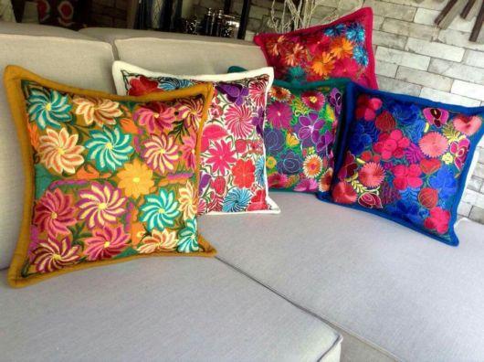 Veja ideia de decoração com almofadas bordadas mexicanas