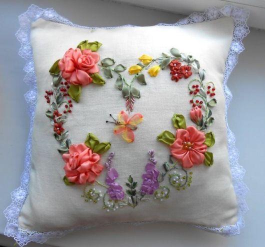 As flores são os ícones mais bordados em almofadas