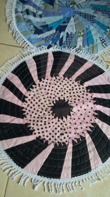 Tapete redondo preto e rosa com retalhos de tecido