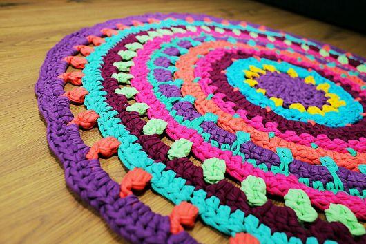 Ideia fantástica de tapete redondo com malha colorida