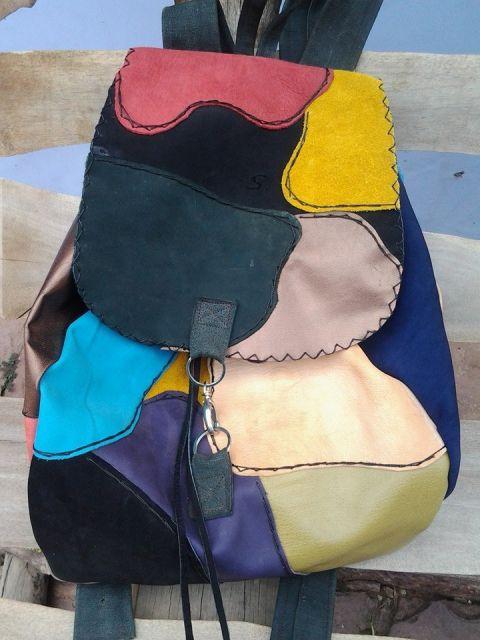 Mochila com retalhos de couro colorido