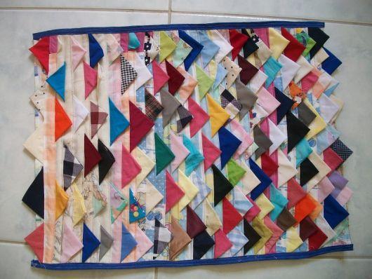 Tapete lindo criado com retalhos de tecidos coloridos
