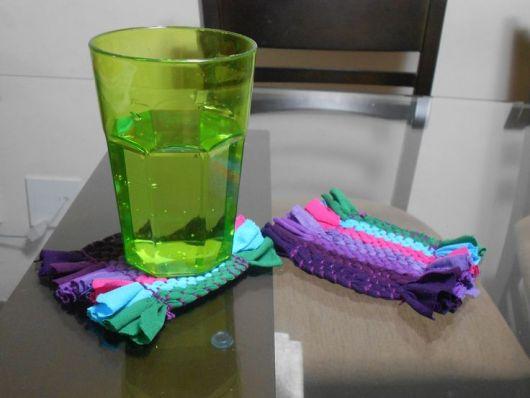 Porta copos delicado com malha colorida