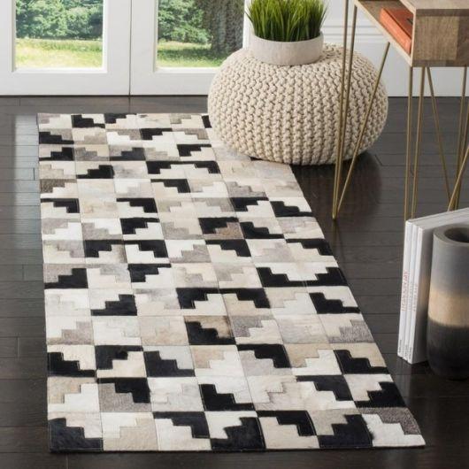 Tapete preto e branco feito com retalhos de couro