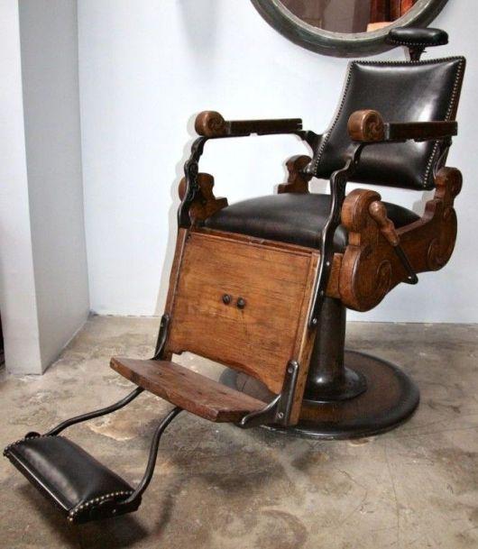 De madeira, detalhes em aço e estofado de couro