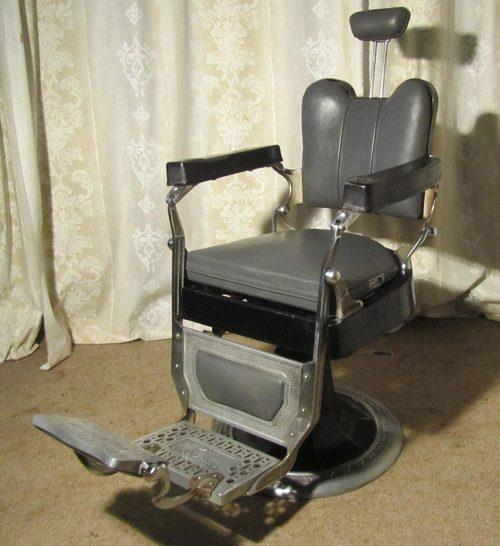 Uma cadeira cinza mais compacta