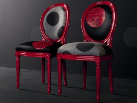 Você encontra cadeira medalhão com design moderno