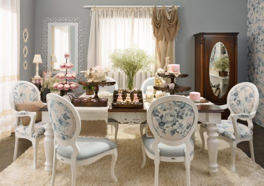 Estrutura branca da cadeira com estofado floral