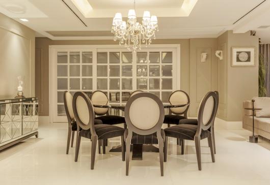 Sala de jantar com cadeira medalhão