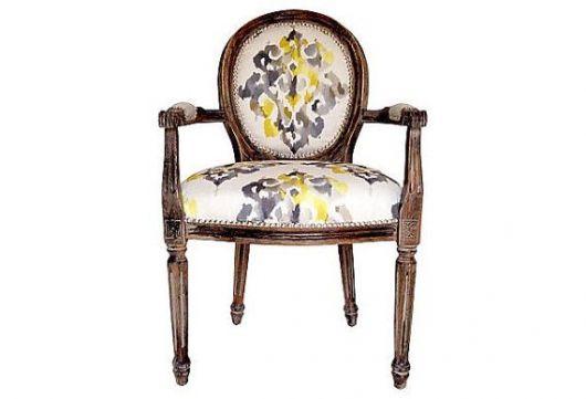 Modelo de cadeira medalhão com estofado estampado