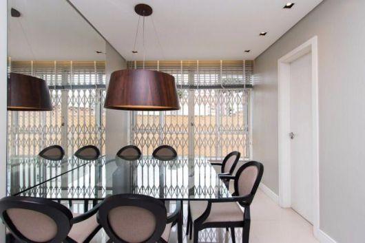 Mesa de jantar quadrada combinada a cadeiras medalhão