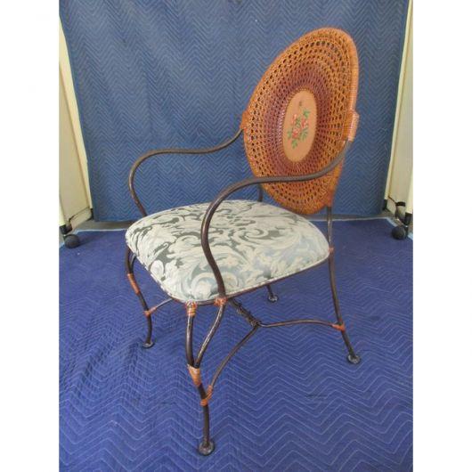 Modelo diferente de cadeira medalhão com braços