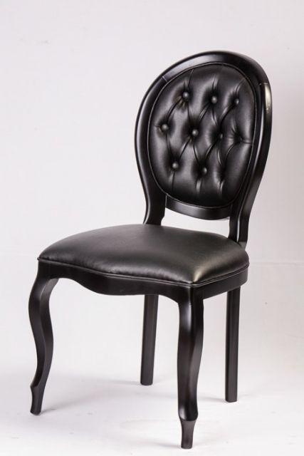 Cadeira medalhão preta com estofado capitonê