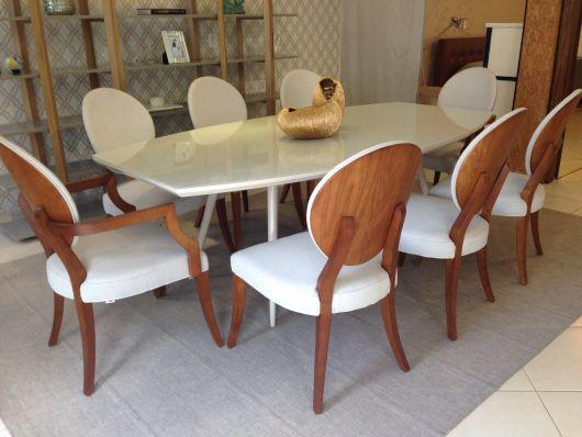 Decoração de sala de jantar com cadeira medalhão