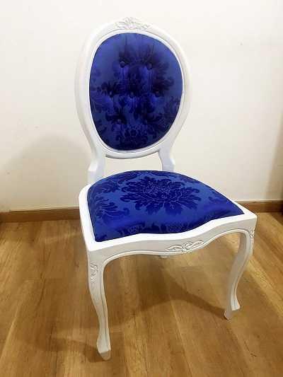 Cadeiras com a estrutura branca combinam com diversos estofados