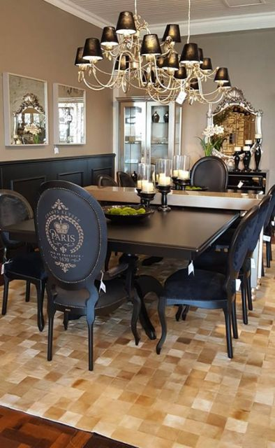 Cadeiras medalhão preta em sala de jantar