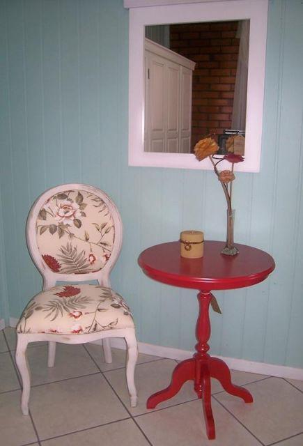 Dica de cadeira medalhão branca com estofado floral