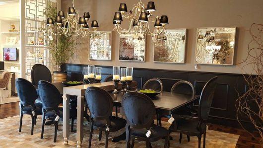 Sala de jantar com cadeiras medalhão